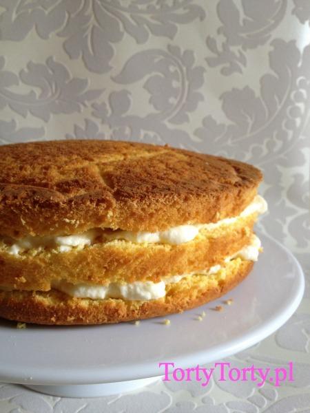 Tort przełożony kremem
